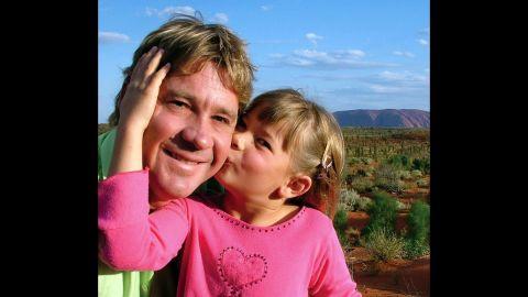 """""""Crocodile Hunter"""" Steve Irwin with daughter Bindi in 2006 at Uluru, Australia."""