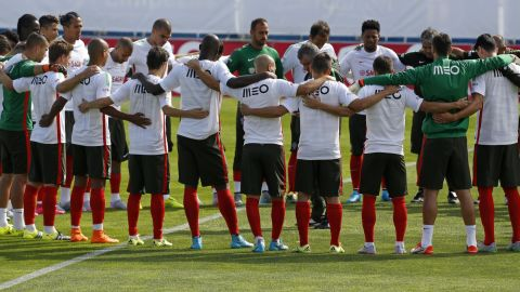 Portugal players observe a minute of silence in honor of refugees and migrants coming to Europe prior to their training session at Coimbra da Mota stadium in Estoril on September 3, 2015.