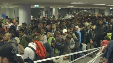 refugees keleti train station natpkg_00001802.jpg