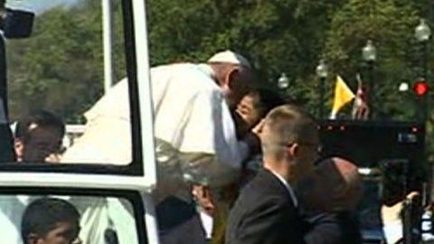 Pope Francis kiss children parade_00000000.jpg