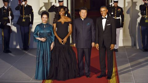 US President Barack Obama (R) and US First Lady Michelle (2nd-L) welcome Chinese President Xi Jinping (2nd-R) and his wife  Peng Liyuan (L) to the White House on September 25, 20125 in Washington, DC.   AFP PHOTO / JIM WATSON        (Photo credit should read JIM WATSON/AFP/Getty Images)