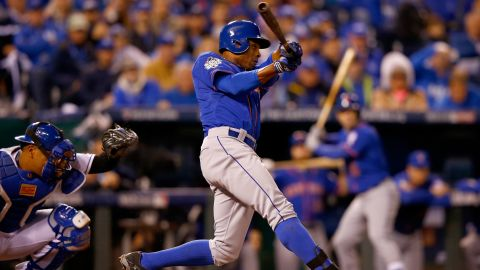 KANSAS CITY, MO - OCTOBER 27:  Curtis Granderson #3 of the New York Mets hits a solo home run in the fifth inning against the Kansas City Royals during Game One of the 2015 World Series at Kauffman Stadium on October 27, 2015 in Kansas City, Missouri.  (Photo by Jamie Squire/Getty Images)