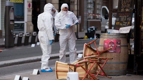 Image #: 40813855    dpatopbilder - Polizisten in Schutzanzügen sichern am 14.11.2015 vor dem Cafe Comptoir Voltaire in Paris (Frankreich) Spuren. Bei einer Serie von Terroranschlägen in Paris wurden mindestens 120 Menschen getötet. Foto: Marius Becker/dpa +++(c) dpa - Bildfunk+++     DPA /LANDOV