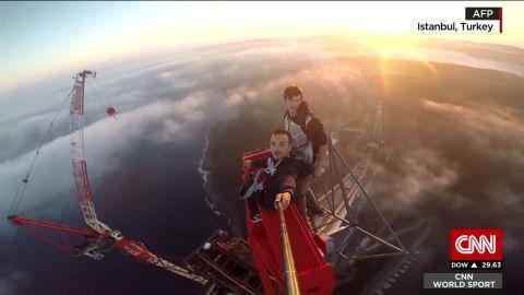 daredevils climb crane Turkey selfie_00004410.jpg
