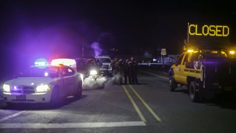 Law enforcement personnel monitor an intersection of closed Highway 395 in Burns, Oregon on January 26, 2016, during a standoff pitting an anti-government militia against the U.S. authorities.