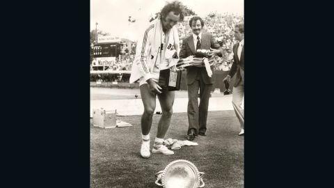 Mark Edmondson drops his winner's trophy in 1976.