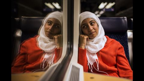 Lubna cries on the train. Only in Germany, Somar's sisters realizes that they might no longer go back to Syria.