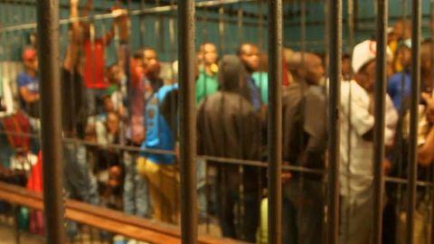 pkg david mckenzie cape town jail amanpour_00015819.jpg