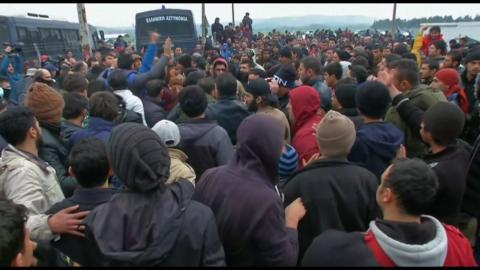 Migrants scuffle on Greece-Macedonia border on February 29, 2016