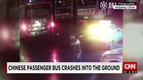 china bus falls into hole vonat_00001005.jpg