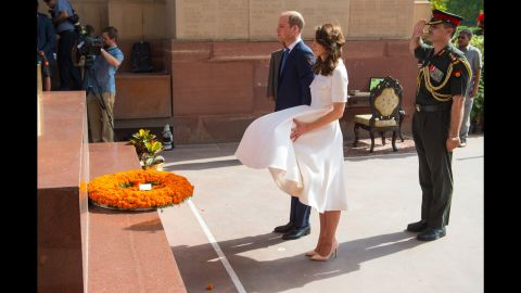 The couple puts down a wreath at the India Gate to honor Indian regiments that served in World War I.
