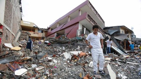 People search for their belongings amid the debris of their destroyed homes, after a massive earthquake in Pedernales, Ecuador, Sunday, April 17, 2016. The strongest earthquake to hit Ecuador in decades flattened buildings and buckled highways along its Pacific coast, sending the Andean nation into a state of emergency. (AP Photo/Dolores Ochoa)