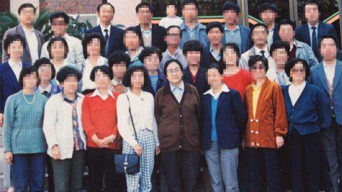 Zhang Jilan, Yu's homeroom teacher, with her class in 1990.