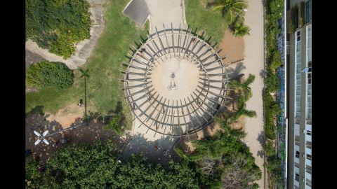 A cyclist poses in the Parque Garota de Ipanema.