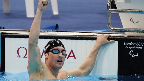 In the water, Snyder can move more independently and navigate using the lane ropes. Forced to adjust to a whole new way of living, he started spending more time in the pool, a place where he felt at home. Shortly after his accident, he begun training for the forthcoming Paralympic Games.