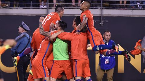 Chile's players celebrate after defeating Argentina in the penalty shoot-out and winning the Copa America Centenario final in East Rutherford, New Jersey, United States, on June 26, 2016.  / AFP / Nelson ALMEIDA        (Photo credit should read NELSON ALMEIDA/AFP/Getty Images)