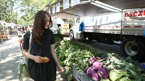 When Singer goes to her local farmers' market she uses her own reusable cloth bags. She even avoids paper packaging, preferring to wrap freshly baked bread and pastries in her own dish towels.