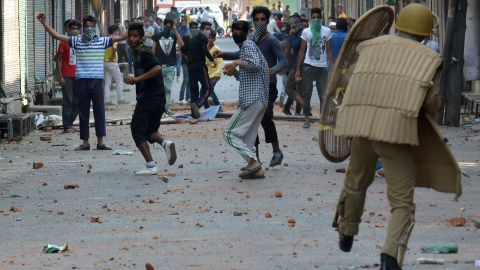 Indian police clash with Kashmiri protestors in Srinagar on July 11, 2016. Police said 30 people had now died in three days of clashes between Indian government forces and demonstrators angered by the killing of a popular young rebel.