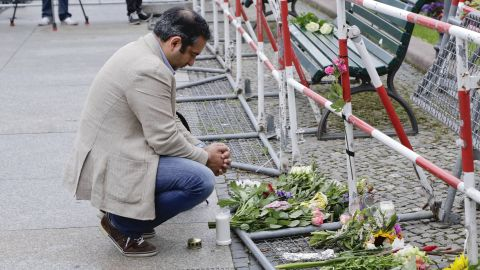 A man near the French Embassy at Paris square in Berlin pays tribute to the victims.
