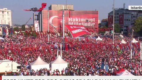 foes unite for pro-democracy rally in turkey nic robertson pkg_00002507.jpg