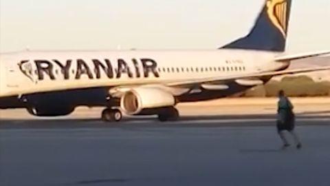 Passenger chases plane on tarmac orig vstop dlewis_00000000.jpg