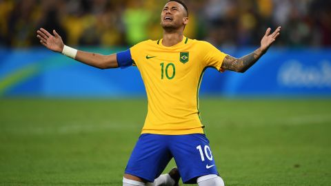 RIO DE JANEIRO, BRAZIL - AUGUST 20:  Neymar of Brazil celebrates scoring the winning penalty in the penalty shoot out during the Men's Football Final between Brazil and Germany at the Maracana Stadium on Day 15 of the Rio 2016 Olympic Games on August 20, 2016 in Rio de Janeiro, Brazil.  (Photo by Laurence Griffiths/Getty Images)