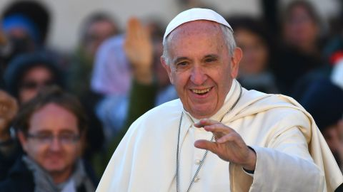 Pope Francis salutes the faithful upon his arrival in St. Peter's square at the Vatican for the Special Jubilee Papal Audience on October 22, 2016. / AFP / VINCENZO PINTO        (Photo credit should read VINCENZO PINTO/AFP/Getty Images)