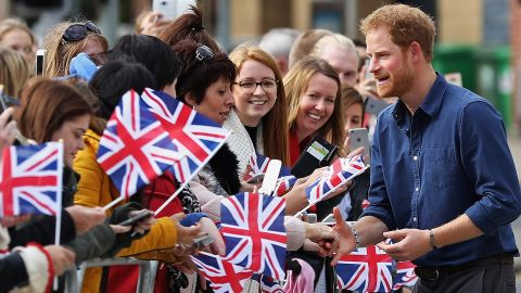 Prince Harry meets members of the public on October 26, 2016, in the English city of Nottingham.