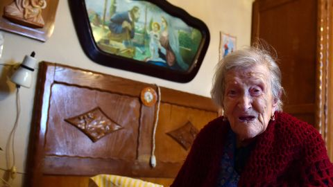 Emma Morano, 116, poses for AFP photographer in Verbania, North Italy, on May 14, 2016.   Emma Morano is the oldest living person in the world, and the only one left who has touched three centuries. Susannah Mushatt Jones, a New York woman several months her senior, died on May 12 evening, making Morano the world's oldest known person at 116. / AFP / OLIVIER MORIN        (Photo credit should read OLIVIER MORIN/AFP/Getty Images)