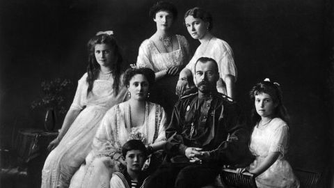 Tsar Nicholas II of Russia with his wife, Alexandra of Hesse-Darmstadt, and her daughters, Ol'ga, Tat'jana, Marjia e Anastasia and Aleksej. 1913 (Photo by Mondadori Portfolio via Getty Images)