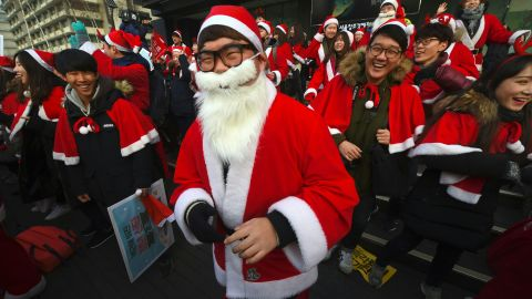 Protesters wearing Santa Claus costumes attend a rally calling for the immediate removal of South Korea's impeached President Park Geun-Hye in downtown Seoul on December 24, 2016. Tens of thousands of people were expected to gather in Seoul on December 24 for a ninth straight week to demand the immediate ouster of impeached President Park Geun-Hye, organisers said. / AFP / JUNG Yeon-Je        (Photo credit should read JUNG YEON-JE/AFP/Getty Images)