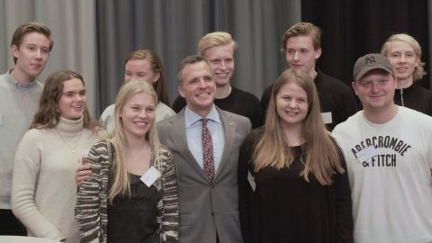 After speaking to a crowd about American politics in Aalborg, attendees lined up for photos and autographs.