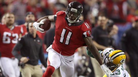 ATLANTA, GA - JANUARY 22:  Julio Jones #11 of the Atlanta Falcons runs after a catch for a 73 yard touchdown against Damarious Randall #23 of the Green Bay Packers in the third quarter in the NFC Championship Game at the Georgia Dome on January 22, 2017 in Atlanta, Georgia.  (Photo by Rob Carr/Getty Images)