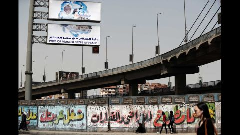 A billboard features Pope Francis above a Cairo street.