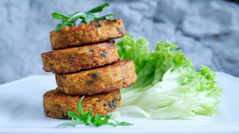 Patties made of potatoes, green peas, carrots and green beans, garnished with green onion, are another option for lunch or dinner.
