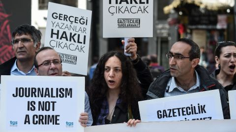 """Journalists hold placards reading """"journalists will be freed , they will write again"""" during a demonstration for the World Press Freedom Day on the Istiklal avenue, in Istanbul, on May 3, 2017."""