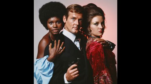 English actor Roger Moore in his role as James Bond in Guy Hamilton's film 'Live And Let Die', circa 1973, with co-stars Gloria Hendry (left), who plays Rosie Carver, and Jane Seymour, who plays Solitaire. (Photo by Terry O'Neill/Hulton Archive/Getty Images)