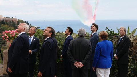 The leaders watch a French air squadron.