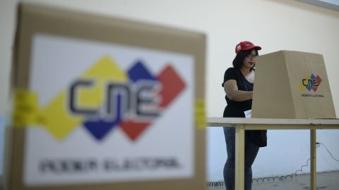 A supporter of Venezuelan President Nicolas Maduro takes part of an electoral rehearsal in Caracas on July 16, 2017.