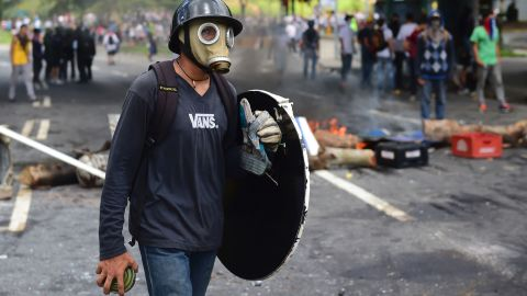 Anti-government activists set up a barricade during protests of the election for a Constituent Assembly in Caracas on July 30, 2017. Deadly violence erupted around the controversial vote, with a candidate to the all-powerful body being elected shot dead and troops firing weapons to clear protesters in Caracas and elsewhere.