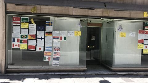 A shop in central Palermo that's set to open soon has posted messages in various languages saying that the owner has no intention to pay mafia protection money.