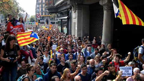 People holding  'Esteladas' (Catalan pro-independence flags) attend a protest in front of the Economy headquarters of Catalonia's regional government in Barcelona on September 20, 2017, during a search by Spain's Guardia Civil police.Spain's Guardia Civil police arrested a top Catalan government official on as part of raids on several Catalan government offices, sparking protests in Barcelona. The operation comes amid mounting tensions as Catalan leaders press ahead with preparations for an independence referendum on October 1 despite Madrid's ban and a court ruling deeming it illegal. / AFP PHOTO / LLUIS GENE        (Photo credit should read LLUIS GENE/AFP/Getty Images)