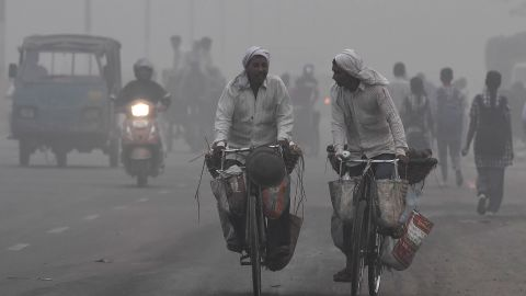 Commuters in the Indian capital make their way across the city amid heavy smog, November 7, 2017.
