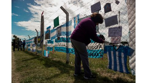 A woman hangs a message for the missing crew Thursday on a fence at the Mar del Plata navy base.