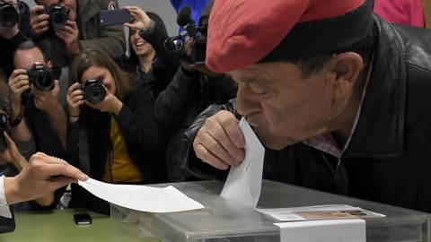 A man wearing an Catalan barretina hat kisses his ballot before casting his vote for the Catalan regional election at a polling station in Barcelona on December 21, 2017.Catalans take their divisions over independence to the polls today in a hotly-contested election that could determine the course of their region just two months after a failed secession bid. / AFP PHOTO / LLUIS GENE        (Photo credit should read LLUIS GENE/AFP/Getty Images)