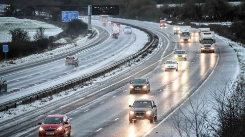Winter weather Dec 27th 2017. Snow reduces the M5 motorway down to two lanes between junction 14 and 15 in South Gloucestershire after overnight snow has caused travel disruptions across parts of the UK. Picture date: Wednesday December 27, 2017. See PA story WEATHER Snow. Photo credit should read: Ben Birchall/PA Wire URN:34263269