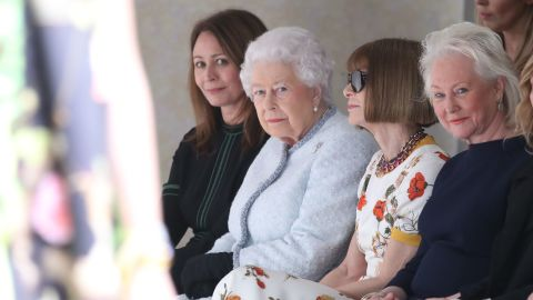LONDON, ENGLAND - FEBRUARY 20:  Queen Elizabeth II attends the Richard Quinn show with Chief Executive of the British Fashion Council Caroline Rush (L) and Conde Nast Artistic Director Anna Wintour during London Fashion Week February 2018 at BFC Show Space on February 20, 2018 in London, England.  (Photo by Mike Marsland/Mike Marsland/WireImage)
