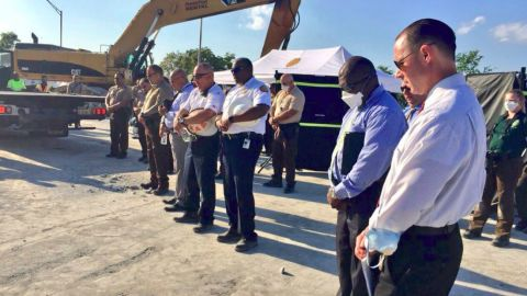 Moment of silence at the scene of the FIU Bridge Collapse on March 17, 2018 (Twitter photo)