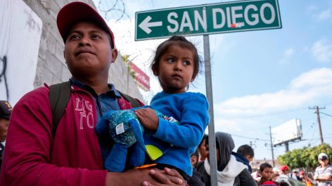"""Central American migrants travelling in the """"Migrant Via Crucis"""" caravan wait outside the Padre Chava's kitchen soup for breakfast and legal counseling, in Tijuana, Baja California State, Mexico, on April 27, 2018. - The US has threatened to arrest around 100 Central American migrants if they try to sneak in from the US-Mexico border where they have gathered, prompting President Donald Trump to order troop reinforcements on the frontier. (Photo by GUILLERMO ARIAS / AFP)        (Photo credit should read GUILLERMO ARIAS/AFP/Getty Images)"""
