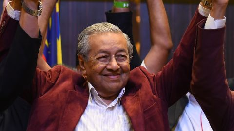 Mahathir Mohamad celebrates with his coalition leaders during a press conference in Kuala Lumpur on early May 10, 2018.